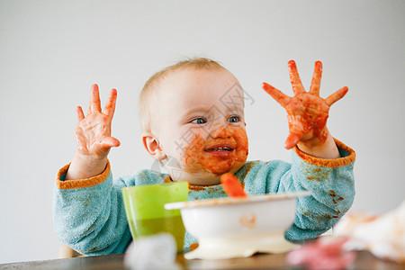满手是番茄酱的婴儿图片