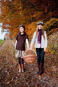 两个带篮子的女孩图片