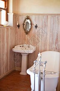 带华丽浴缸和镜子的浴室图片