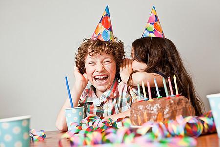 生日时女孩在男孩耳边低语图片