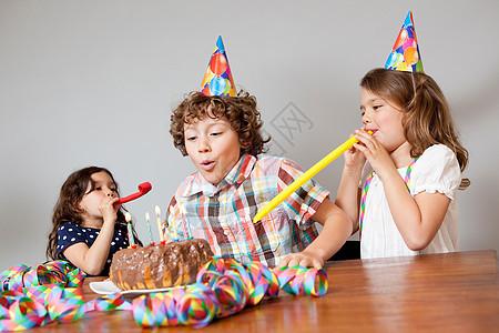 3个孩子庆祝生日聚会图片