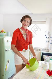 在厨房烘焙的女人图片