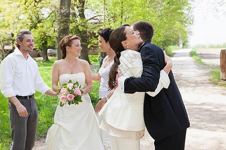 在婚礼上拥抱的一对夫妇图片