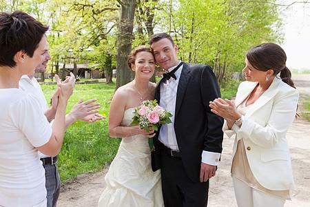 朋友们为新婚夫妇鼓掌图片