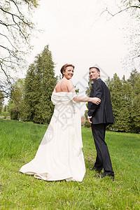新婚夫妇在户外散步图片