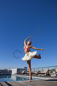 在游泳池边跳舞的芭蕾舞女图片