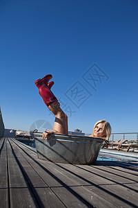 穿金属浴盆雨靴的女人图片