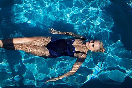 游泳池里的女人图片