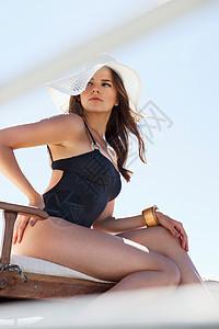 穿着泳衣和遮阳帽的女人图片