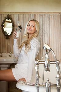 在浴室喝牛奶的女人图片