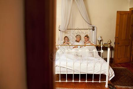妈妈和女儿在床上喝咖啡图片