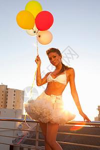 穿短裙带气球的女人图片