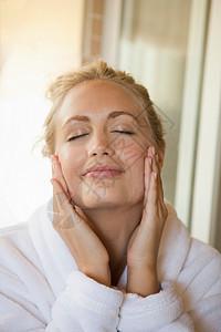 女人在脸上擦润肤霜图片