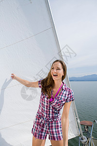站在船上的女孩图片