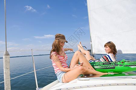 在船上放松的女孩图片