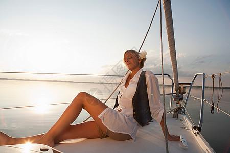 坐在船上的女孩图片