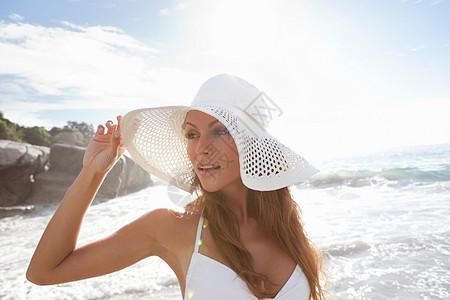 海滩上戴太阳帽的女人图片