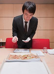 选择三明治的年轻商人图片