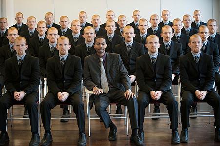 1名黑人商人,25名白人克隆人图片