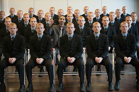 1个黑色,周围有25个白色克隆图片