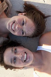 躺在沙滩上笑的美女图片