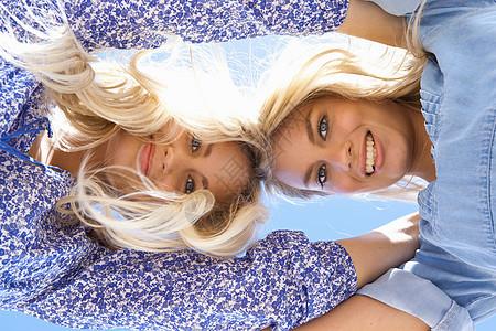 姐妹拥抱低头图片