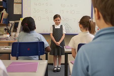 在课堂上做演讲的女孩图片
