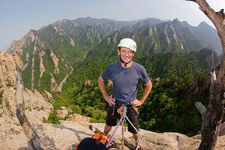 站在落基山上的登山者图片