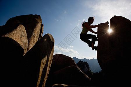 女子攀岩剪影图片