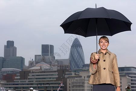 城市撑伞的女人图片