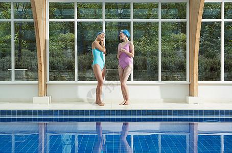 两个女人站在池边图片