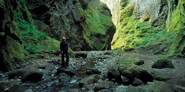 探索岩石峡谷的女人图片