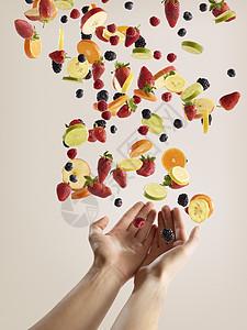 手抓新鲜水果和浆果切片图片