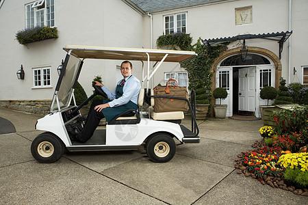 带行李的高尔夫球车司机图片