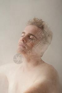 洗澡的男人图片