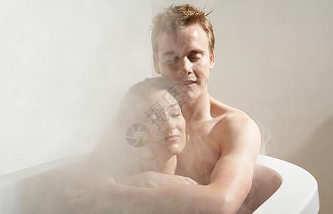 男人和女人在洗澡图片