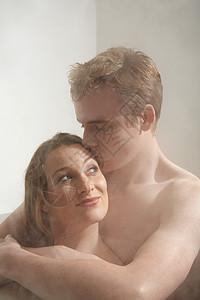 男人在洗澡时亲吻女人图片