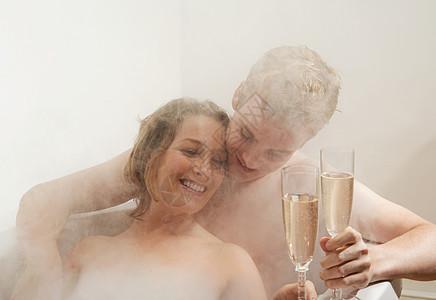 男人和女人在洗澡时喝酒图片