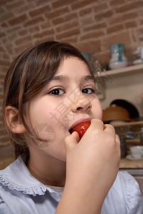 女孩吃番茄特写镜头图片