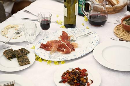 桌上食物户外特写图片