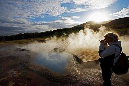 拍摄地热河的女人图片