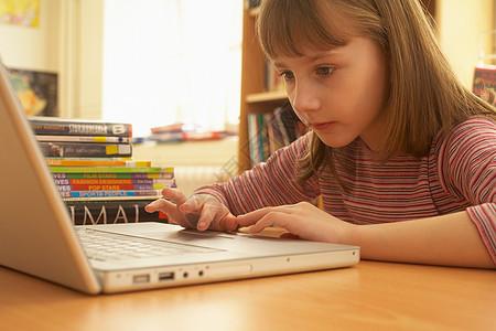 使用计算机的小女孩图片