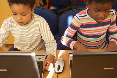 计算机课上的孩子图片
