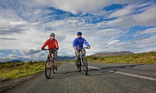 在乡村公路上骑自行车的男人图片