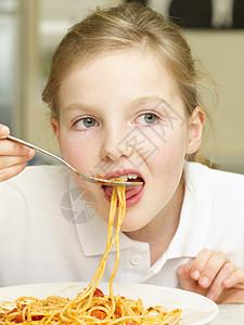 吃意大利面的女孩图片