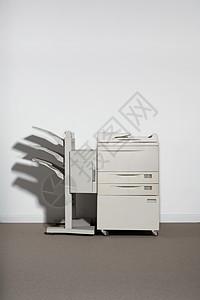 靠在白墙上的复印机图片