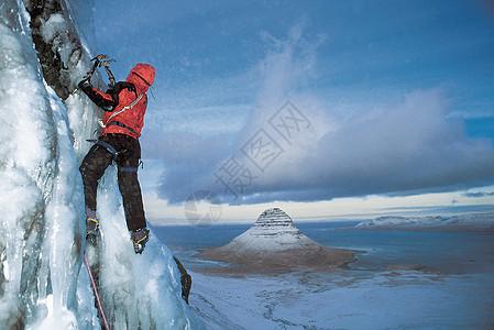 用冰镐攀登冰川图片