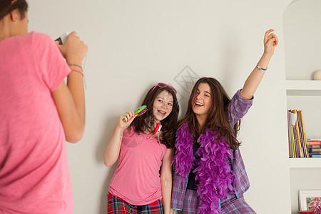 少女们唱歌,穿着睡衣图片