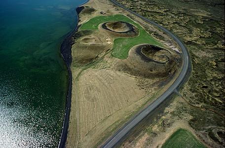 公路火山口鸟瞰图图片
