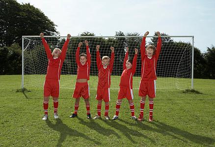 足球队在球门前欢呼图片